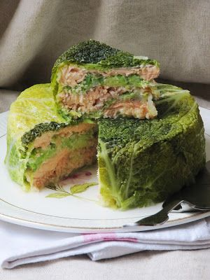 Chou farci au saumon....Très simple et rapide à préparer tout en étant présentable et relativement léger. Pour 5 personnes 1 chou frisé 500 g de saumon fr...