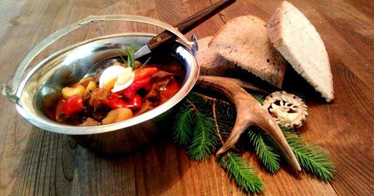 Zvěřinový guláš srnčí kotlíkový   Zvěřinový guláš  (srnčí)    Kotlíkový  1kg masa , kosti , 300g uzeného bůčku, 2 cibule , 2 stroužky čes...