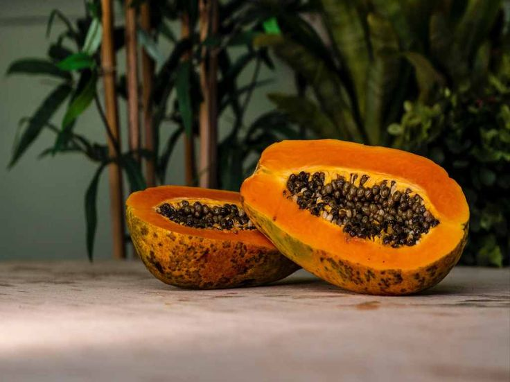 Papaya for weight loss! Papaya fruit has lots of nutritional values plus streamlining digestive system, cure cancer and used in various cosmetic products to give you,younger looking skin. Papaya Pictures, Healthy Fruits, Healthy Recipes, Healthy Foods, Dietas Detox, Green Papaya, Antioxidant Vitamins, Immune System Vitamins