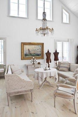 Image from http://www.skonahem.com/inspirerande-hem/hemreportage/vita-villan-i-vinterskrud/: Shabby Chic Decor, Swedish Design, Decor Ideas, Living Rooms, White Decor, White Rooms, Swedish Style, Scandinavian Christmas, Christmas Houses