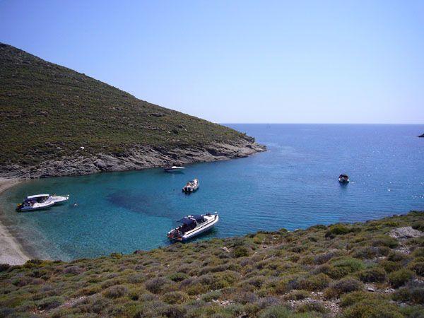 Παραλία Βρόσκοπος. Στα δυτικά του νησιού. Πρόσβαση καλύτερα από τη θάλασσα. Νερά εκπληκτικά. Αρμυτίκια για να καθήσετε.