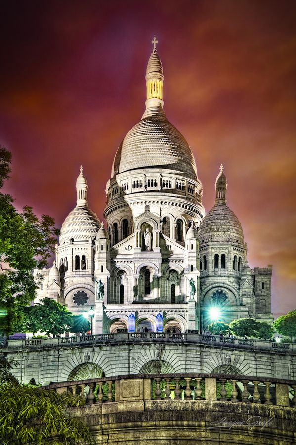 """Sacré Cœur  Whenever it rains the stones of this basilica are """"whitened"""" as though they've been washed!"""