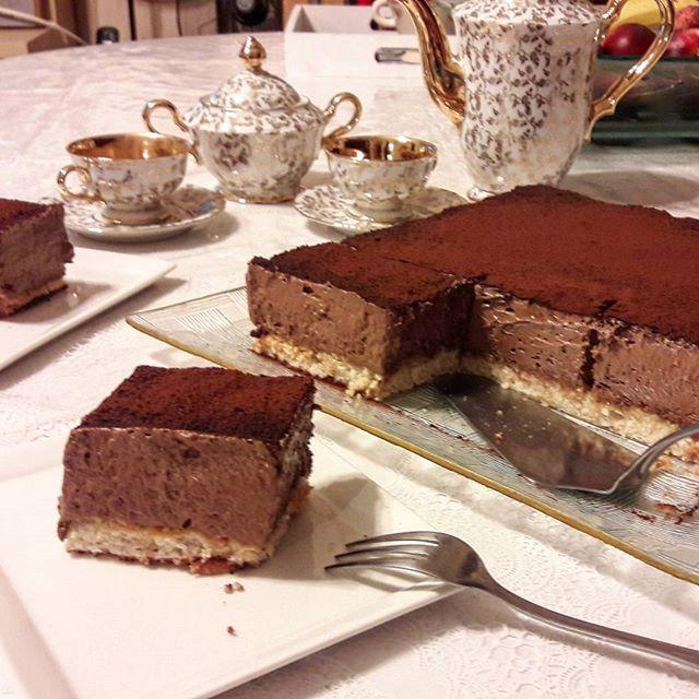 Bonsoir, il est très tard, je ne vais pas m'attarder en vous décrivant ce délicieux gâteau, je pense que les photos parlent...