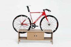 Un meuble parfait pour l'entrée de la maison qui fait office de support à vélo