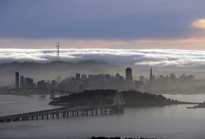 Вид на Сан-Франциско со стороны горной цепи Беркли-Хиллз, штат Калифорния, США.
