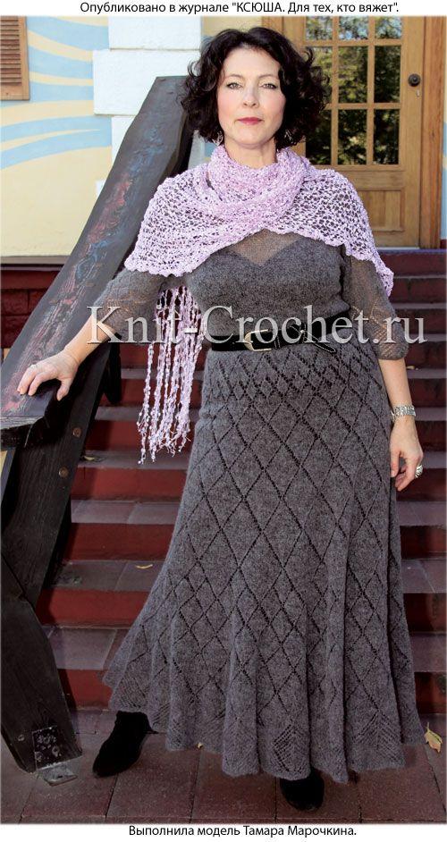 Связанные на спицах платье с расклешенной юбкой 50-52 размера и ажурный шарф.