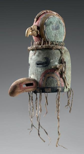 Exceptionnel et rarissime masque heaume à double étage, Snipe Kachina (?) Pueblo, Southwest, U.S.A Période de confection proposée: Circa 1900/1920 Cuir,