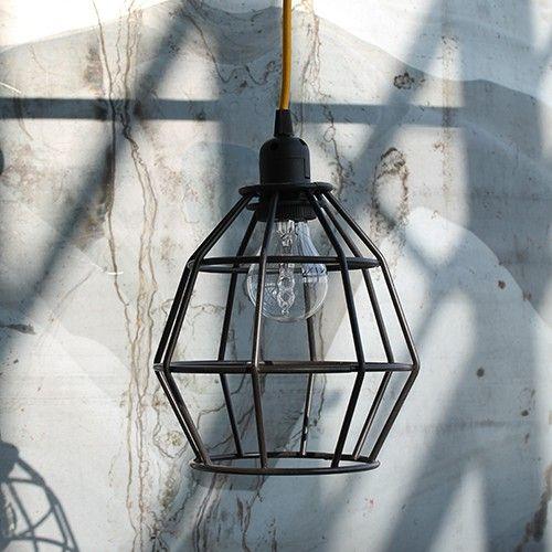De ijzeren lamp Bomba is gemaakt van ijzer en is de ideale hanglamp voor boven je eettafel, in de hal of woonkamer