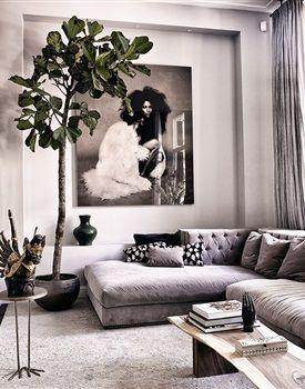 Indiase kunst aan de muur, kussens van Afrikaanse stoffen, spirituele nisjes en inspirerende fotografie. Wie het monumentale huis in Amsterdam Zuid binnenstapt, raakt overspoeld door een veelheid aan kleuren en patronen.