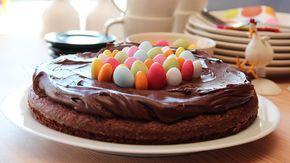 En lettvint sjokoladekake som er perfekt i påsken. - Denne kaken er både kjapp og enkel å lage, i og med at den røres kjapt sammen for hånd. Den er enkel å lage på hytta, siden du ikke trenger kjøkkenmaskin, forteller matblogger Trine Sandberg bak matbloggen Trines Matblogg. I tillegg til den nydelige smaken, holder kaken seg godt og genererer lite oppvask. - Kaken kan pyntes med det du har tilgjengelig av påskegodt eller friske bær. Sjokoladekaken er også god som den er, så du kan gjern...