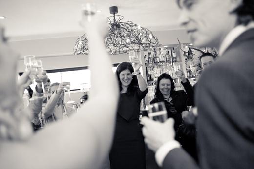 Toost uitbrengen hoort ook bij het ceremoniemeesterschap!  Fotocredit: FOTOZEE (http://fotozee.nl/) - Pinterested @ http://datregelikwel.nl.