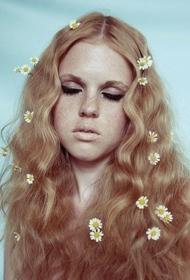 1970 S Floral Hair With Daisies And Soft Waves 1970s