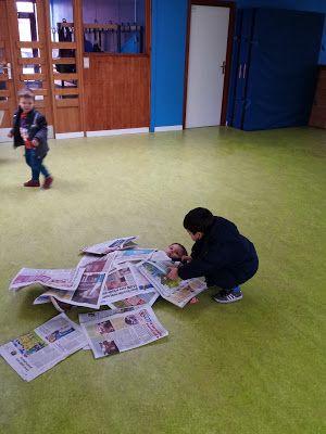 Elkaar verstoppen onder kranten