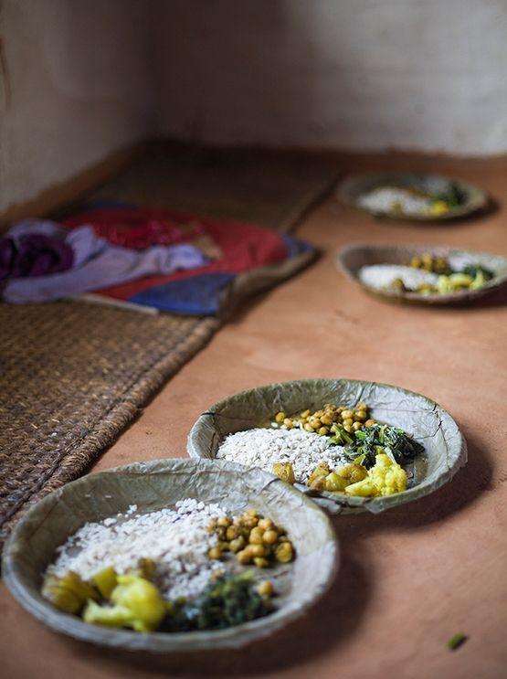 Si le preguntas a un nepalí cómo es su comida típica, lo mas probable es que te diga que su gastronomía es única en el mundo. No le creas. La comida nepalí es una mezcla entre la comida china, india y tibetana, clara influencia de los vecinos que rodean al pequeño país de los Himalayas.