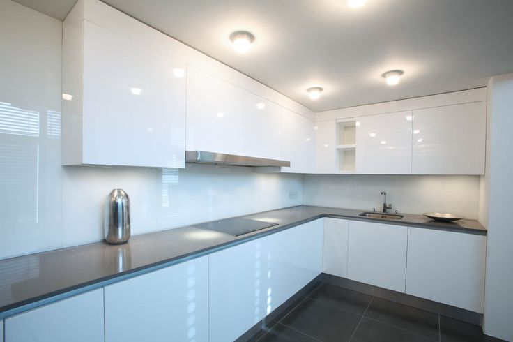 White, minimalistic, clean kitchen, beautiful lighting, kitchen - led strips k che