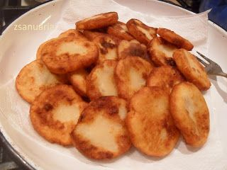 Dédi zseniális receptje természetesen. Tulajdonképpen a gombóc és nudli tésztája korong formában szaggatva, most olajban/zsírban kisütv...