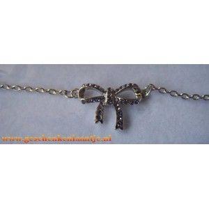 Mooie paars strik armband.  Strik is belegd met Swarovski elementen.  De armband is geschikt voor een polsmaat 16 t/m 20 cm € 5.45