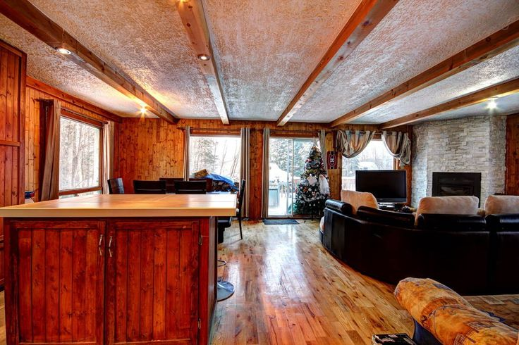 Maison à Saint-Sauveur, Canada. Chalet complètement équiper tout près de plusieurs monts de ski ( Mont Habitant , Mont St-Sauveur , Avila et Morin Heigths) . Il a 3 chambres a coucher et 2 salles de bains .  - 1 chambres lit queen - 1 chambres lit double - 1 chambre lit superpos...
