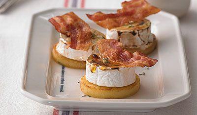 Рецепты на Новый год. Легкие закуски - из 3 продуктов  Легкие закуски могут быть очень вкусными и нарядными! Рецепты на Новый год - это быстро, вкусно, нарядно! Вот так и готовим закуску по французскому рецепту.  Потребуется всего 3 продукта - яблоко, бекон и сыр.   Для подачи салат и заправка.