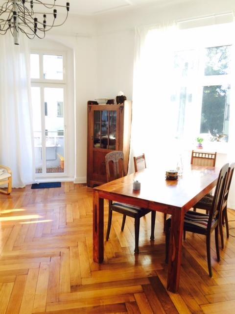 Inspiration für den Wohn- und Essbereich: Schöner Parkettboden, große Fenster und hölzerner Esstisch.  #Esszimmer #Wohnzimmer #livingroom