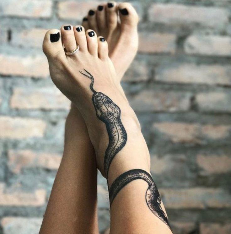 Wunderschön detailliertes Schlangentattoo um den Knöchel gewickelt und …