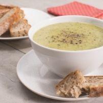 Een dampende kop verse courgettesoep weet iedereen op elk moment wel te verleiden. Met dit recept wordt courgettesoep maken nog makkelijker. Een prima idee...