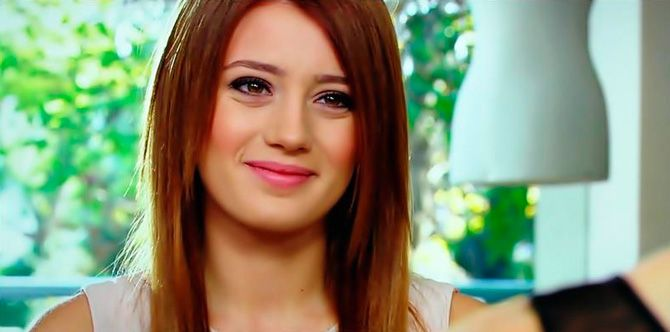 Gizem Karaca HD Wallpaper for Mobile 1
