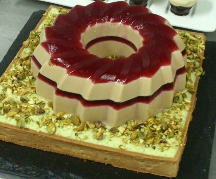 Tarta de pistacho con cremoso de dulcey y  frambuesa
