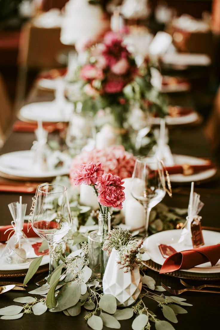 A wedding table with decoration in berry tones, gold and green looks special …  – Dekoration für den Hochzeitstisch