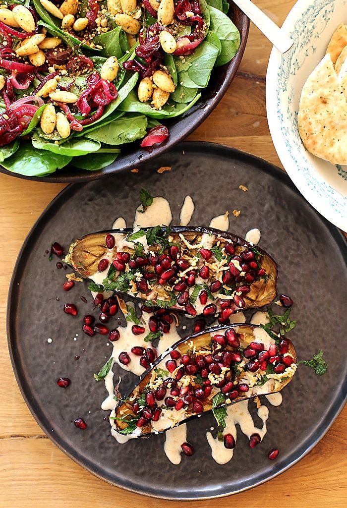 Wij mogen alvast een heerlijk recept uit dit boek publiceren: een salade met spinazie, dadels & amandelen. Een fijn recept van Ottolenghi!