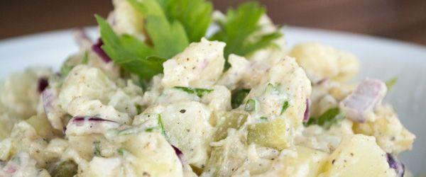 Zin in een lekkere aardappelsalade? Maak 'm lekker zelf! Met dit eenvoudige recept zet je in een handomdraai een heerlijke aardappelsalade op tafel!