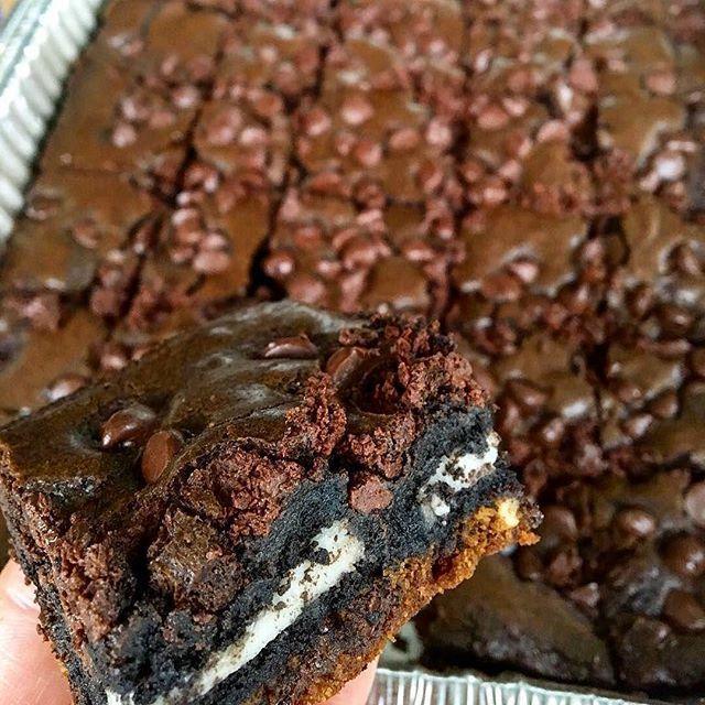 WEBSTA @ co_cinero - Como ya empieza el fin de semana, se vale todo, incluyendo estos Brownies de Nutella con Oreo y Galletas de Chispas de Chocolate. Aquí, la receta. Los invito a seguir mi cuenta @cesarcocinero, allí tienen todas mis recetas.Primero, prepara la mezcla de Galleta de Chispas de Chocolate:Ingredientes:300 g de Mantequilla 1¼ Tazas de Azúcar mascabado o regular.2/3 Tazas de Azúcar refinada.2 Cucharaditas de esencia de Vainilla.2 Huevos ligeramente batidos.3¼ Tazas de Harina.1…