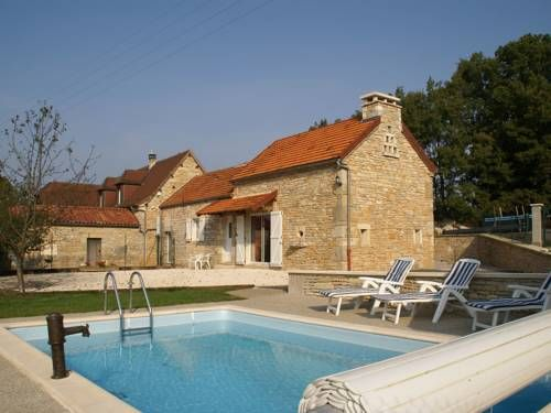 Maison De Vacances - Cressensac Cressensac Set in Cressensac, this holiday home features a garden with a seasonal outdoor pool and a children's playground. The unit is 27 km from Sarlat-la-Canéda. Free WiFi is offered throughout the property.  A TV, as well as a CD player are provided.
