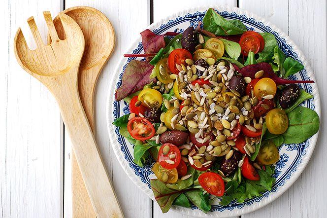 Frötoppad tomatsallad  Ibland är den enklaste salladen den godaste och det visar verkligen denna tomatsallad. Med fina grönsaker, en god olivolja och knapriga frön på toppen blir detta en underbar sommarsallad som passar utmärkt att servera som tillbehör till grillat.