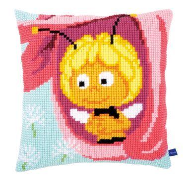 Bien Maya PN-0155685 Broderipakning - Pude - Bien Maya i en lyserød blomst Vervaco design Str. 40 x 40 cm. Broderes med korssting på stramaj stof med 4,5 tr. pr. cm./ 18 huller pr. 10 cm. Pakken indeholder instruktion, billede, stof, mønster, garn og en nål.