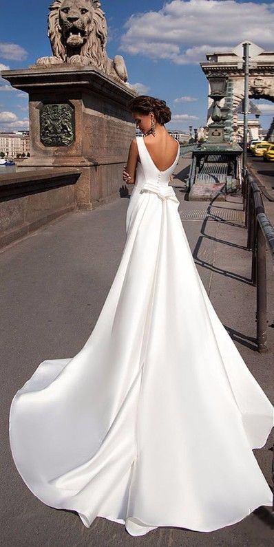 Robe de mariée traditionnelle en satin avec une longue traîne