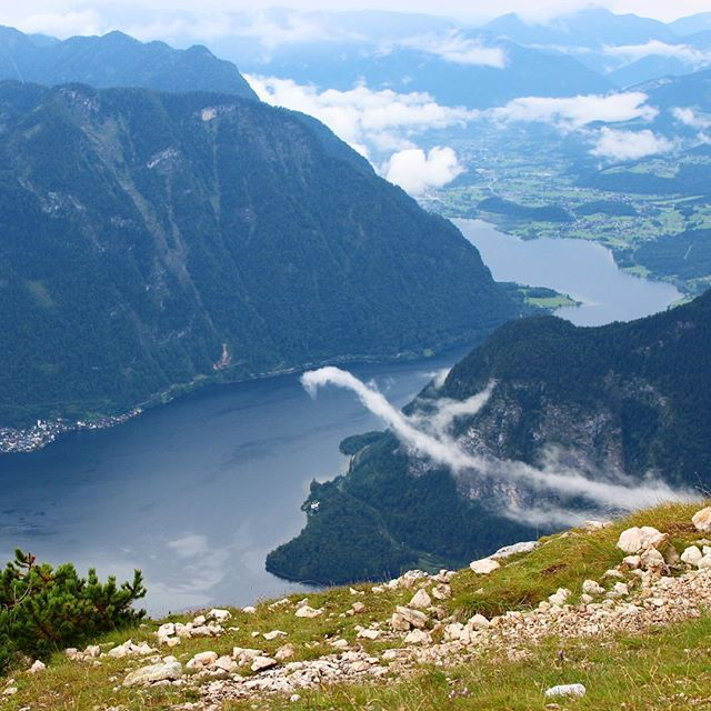 Widok na jezioro Hallstaettersee ze szczytu Krippenstein i intersujaca chmura w…