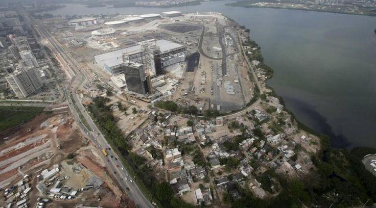 Les constructions du parc olympique de Rio prennent déjà forme avant les JO de 2016. En bordure du parc, 50 familles refusent de quitter leur favela « paradis »