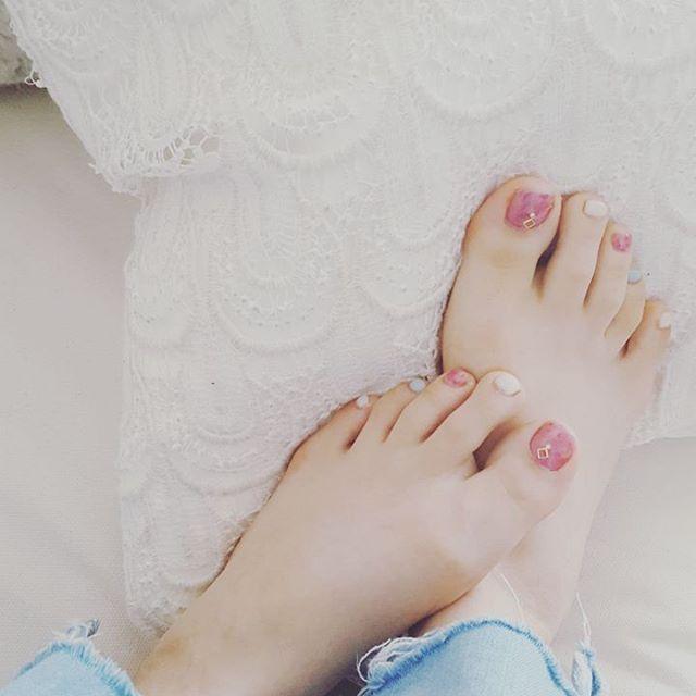 #newone  最近は #むしゃくしゃ することが多いので。 #nail を新しく。 #春らしく 。 #桜 をイメージした #チークピンク  #春空 を思わせる #くすみブルー #空を流れる雲のように #ミルキーホワイト  #女の子 の好きなものを詰め込みたくて。 #夜な夜な #セルフネイルを。  今日はひっさしぶりにお楽しみが…♡ 先に用事を足しにいきますか。  #newnail #セルフネイル #self #フットネイル #foot #shiro #CHERRYBLOSSOM