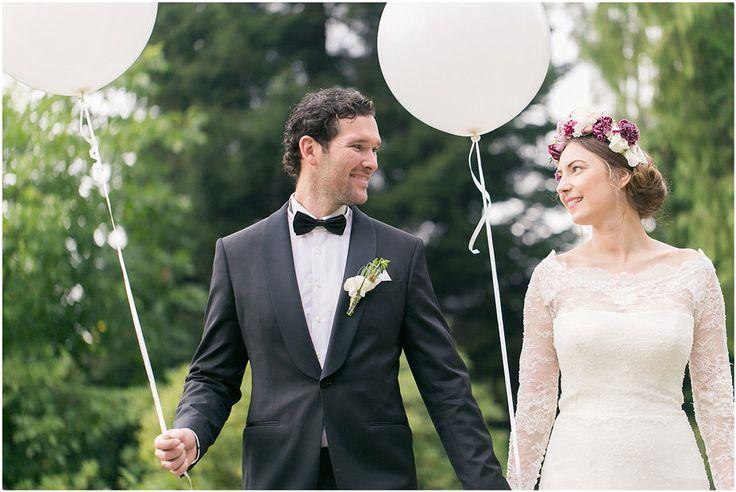 Brautpaarshooting, schwarzer Anzug, schwarze Fliege, Brautkleid, Blumenkranz, Braut, Bräutigam, weiß, Schloss Cromford, Ballons, Foto: Violeta Pelivan