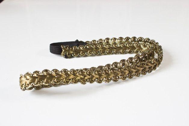 Dieses elegante goldene Haarband ist handgenäht. Es besteht aus einer schönen goldenen Borte und einem Stück Gummiband, sodass das Haarband elastisch ist. _Die Größe des Haarbandes ist...