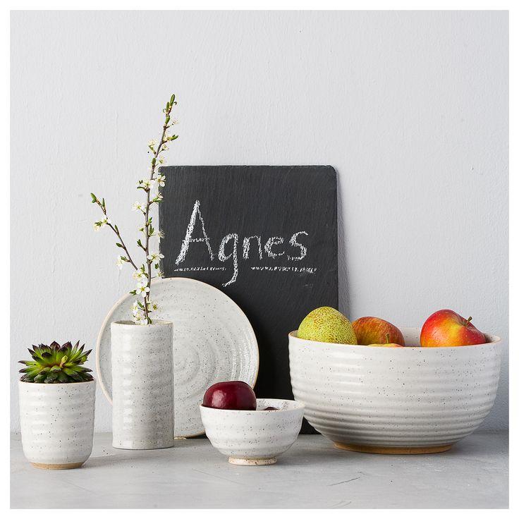 Agnes skål velegnet til salater  eller andet tilbehør til middagen.  Stil skålen frem og brug den til frugt. Farve: Lys grå Materiale: Håndlavet porcelæn Mål: Ø 23 X H 12 cm