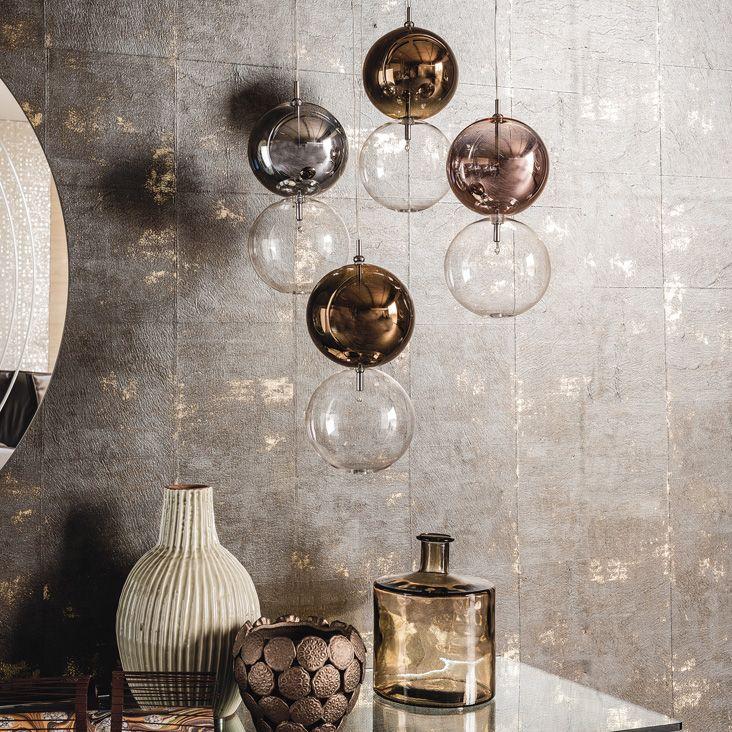 Lampada a soffitto con paralume composto da 2 sfere in vetro borosilicato. Sfera inferiore in vetro trasparente e sfera superiore verniciata cromo, rame, bronzo