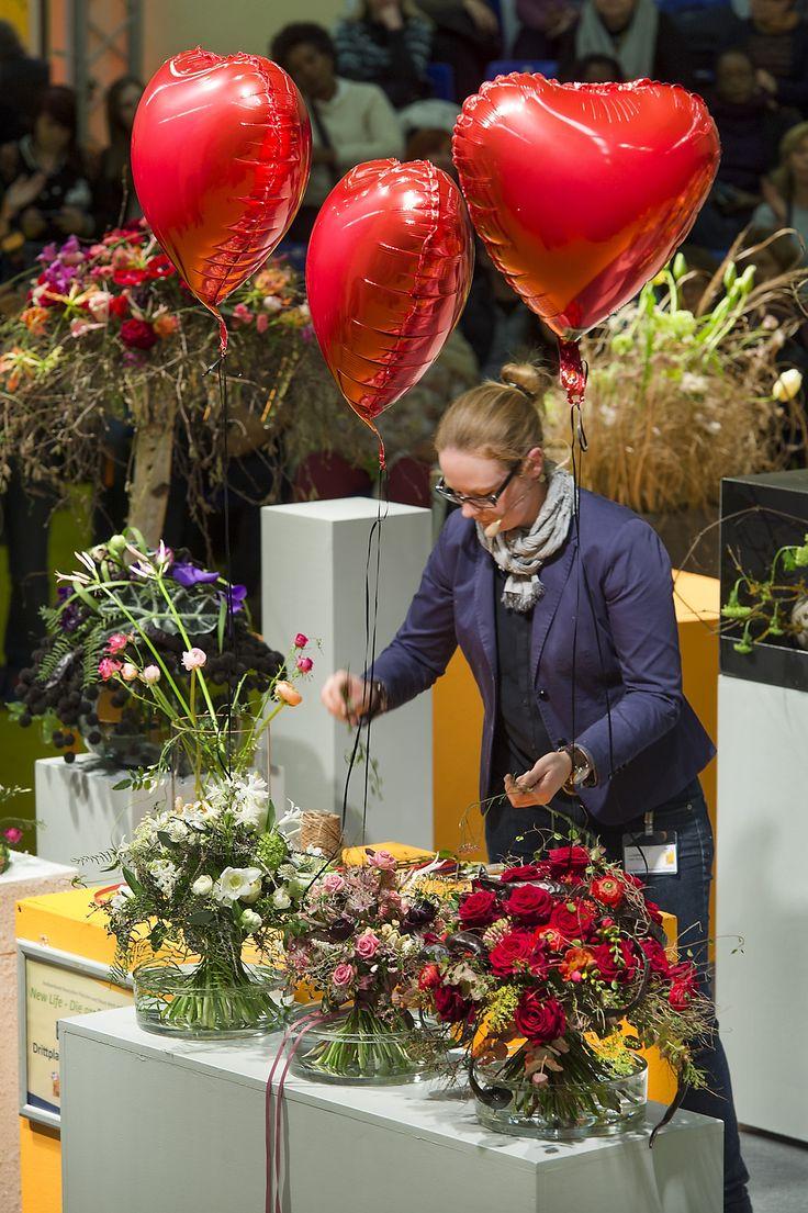 Love is in the air Romantische Sträuße mit roten Luftballon-Herzen stellt Eva Latsch für Valentin 2015 vor Foto: Fachverband Deutscher Floristen, J. Manegold  Foto: Fachverband Deutscher Floristen, J. Manegold