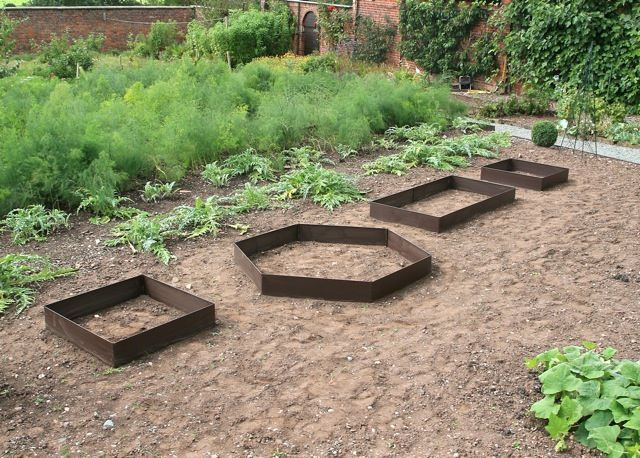 Easy to assemble, the EverEdge EasyBed fixes together at each end using pins. Is your current EverEdge EasyBed too small? Purchase extension packs create a larger garden bed or even change the shape entirely.