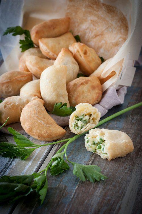 Beureks arméniens ★ 300g farine + 1 œuf + 1 c.à.c. levure boulangère + 25g huile d'olive + 30g beurre + 95 mL lait + sel. | Farce : 1 petit bouquet de persil + 2 St Marcellin + mozzarella