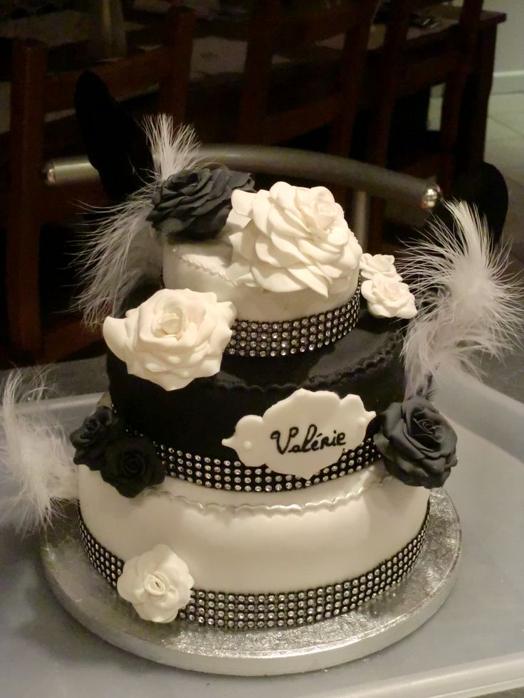Gâteau d'anniversaire black and white chic et sobre https://www.facebook.com/pages/Miss-CupN-Cakes/552696768162358