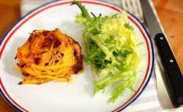 Rachel Khoo em A Pequena Cozinha em Paris: Ninhos de queijo com batata: bacon, queijo e batatas gratinadas para servir com salada.