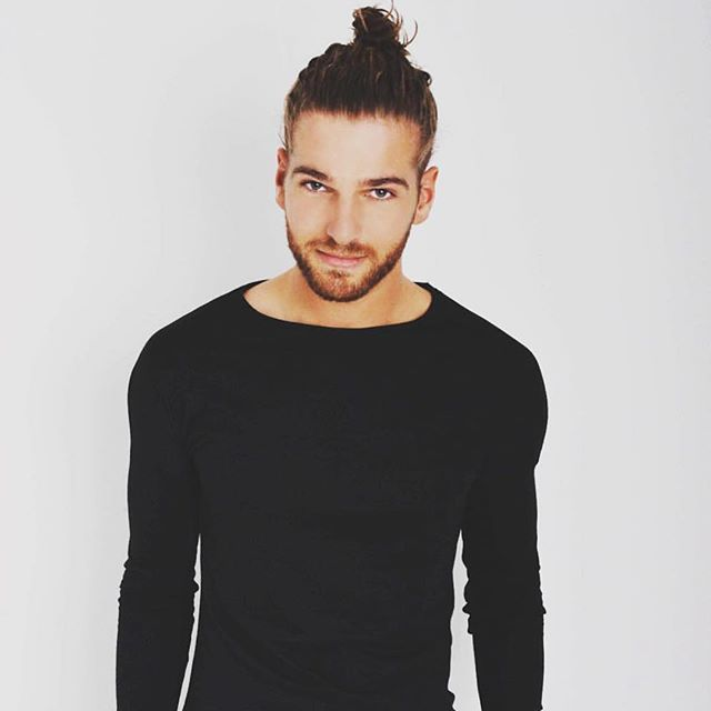 I'M THAT MUCH INTO THE MAN BUN!!!!!!!!! Suppersexy