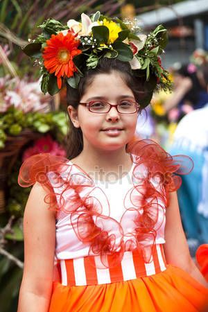 Funchal, Madera - 20 kwietnia 2015: Wykonawców z kolorowe i wyszukane stroje, biorąc udział w paradzie Festiwal kwiatów na wyspie Madera, Portugalia — Obraz stockowy #73663927